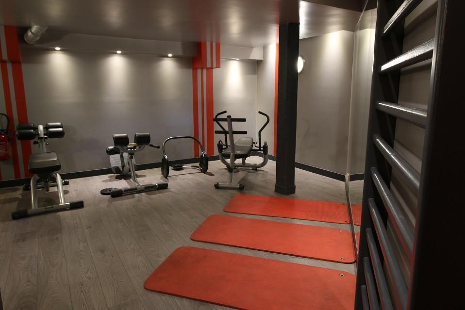 Cours De Yoga Et Zumba Dans La Salle De Gym Gym Studio